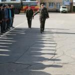 Старший команды представителей от воинской части проходит мимо строя призывников. Он специально приехал в Караганду из Алматы «за молодым пополнением».