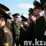 Сержанты срочной службы смотрят на построившихся в шеренгу призывников.