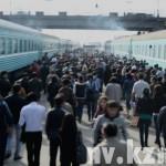 Провожающие идут за вагоном тронувшегося поезда.