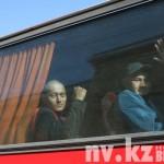 На автобусе будущих солдат довезли до привокзальной пощади.