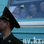 Сержант срочной службы и новобранцы в окне вагона перед отправкой поезда.