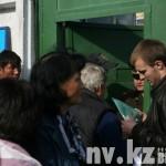 Близкие призывников у ворот Областного сборного пункта.