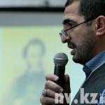 Председатель чеченского культурного центра Увайс Джанаев читает «Зимний вечер» на чеченском языке.